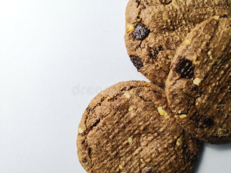 Di pepita di cioccolato su priorità bassa bianca fotografie stock libere da diritti
