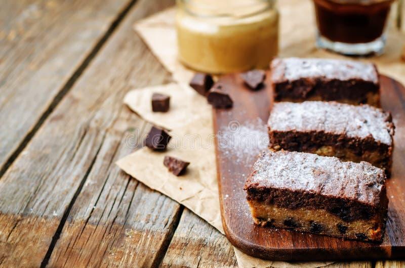 Di pepita di cioccolato, barre di cioccolato del burro di arachidi immagini stock libere da diritti