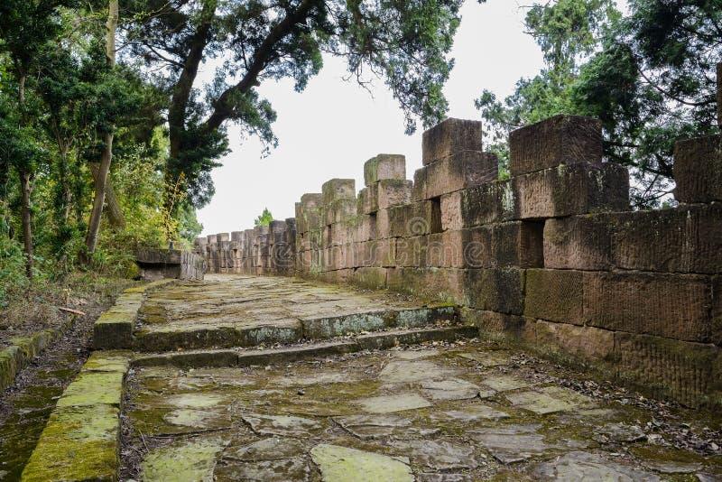 di percorso e di parapetto di pietra antichi coperti di lichene nel pomeriggio caldo fotografia stock libera da diritti