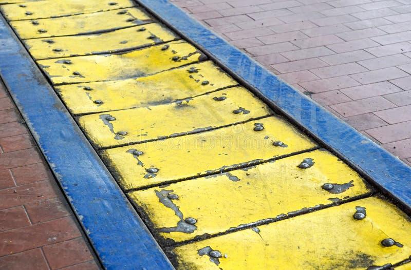 Di piastra metallica giallo pannelli di pavimento industriali di anti-caduta fotografia stock libera da diritti