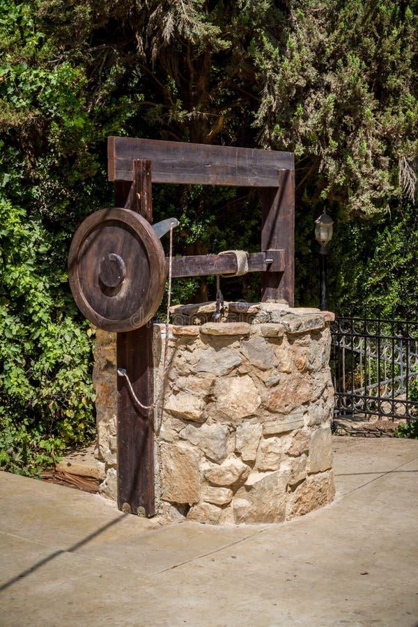 Di pietra pozzo d'acqua con l'argano vicino all'entrata al parco archeologico di Shiloh, Israele fotografie stock