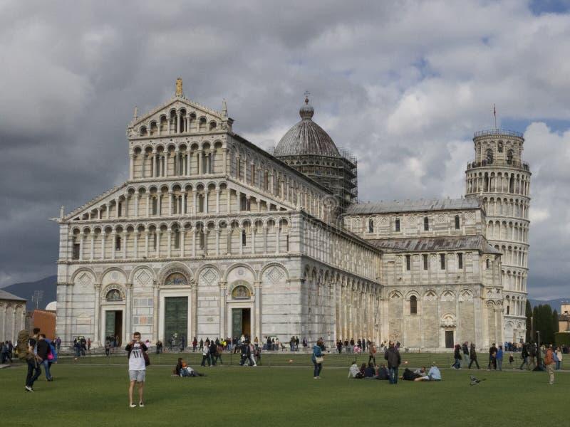 Di Pisa del Duomo de la catedral con la torre inclinada de los di Pisa de Pisa Torre en el dei Miracoli de la plaza en Pisa fotografía de archivo