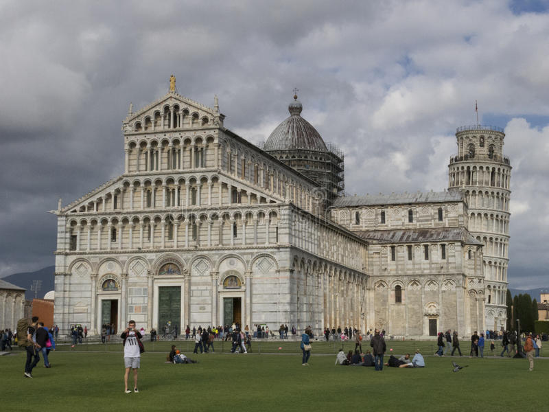 Di Pisa do domo da catedral com a torre inclinada de di Pisa de Pisa Torre no dei Miracoli da praça em Pisa fotografia de stock
