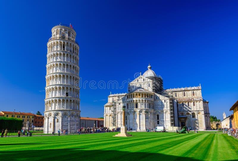 Di Pisa för Pisa domkyrkaDuomo med det lutande tornet av Pisa Torre di Pisa på piazzadeien Miracoli i Pisa, Tuscany royaltyfri bild