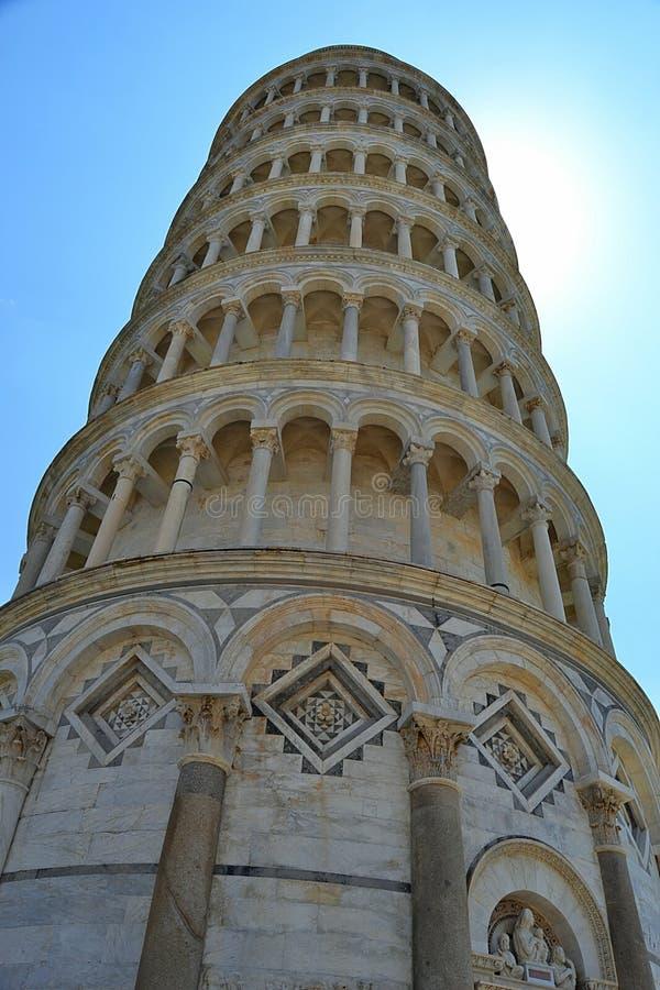 Di Pisa, la torre inclinada del pendente de Torre de Pisa, baptisterium, cuadrado de milagros foto de archivo libre de regalías
