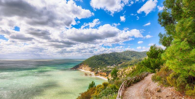 Di pittoresques Puglia de Faraglioni d'îlots dans la baie Baia Delle Zagare de Mer Adriatique d'été photo libre de droits
