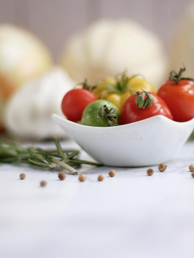Di pomodori ciliegia colorati multi maturi immagini stock