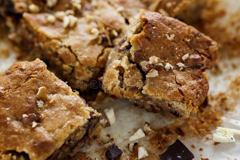 Di recente biscotti quadrati al forno casalinghi di Blondie biondi su fondo di legno bianco Fine in su immagini stock