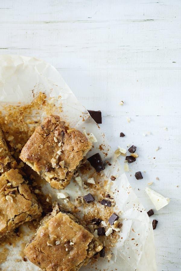 Di recente biscotti quadrati al forno casalinghi di Blondie biondi su fondo di legno bianco Fine in su immagini stock libere da diritti