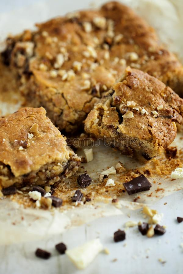 Di recente biscotti quadrati al forno casalinghi di Blondie biondi su fondo di legno bianco Fine in su fotografia stock libera da diritti