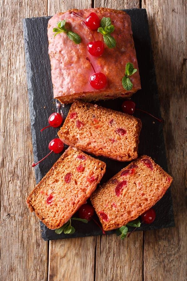 Di recente pane dolce al forno delizioso con le ciliege di maraschino e fotografia stock libera da diritti