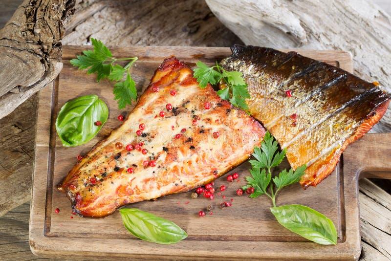 Di recente salmone affumicato nella regolazione di legno naturale immagini stock libere da diritti