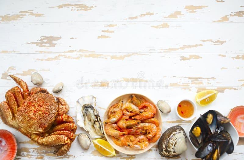 Di recente varietà di frutti di mare sul tavolo da cucina grigio fotografia stock