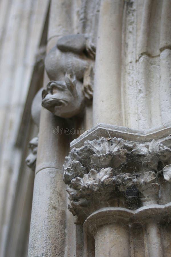 di rose di pietra gotiche coperte di ragnatela fra i doccioni divertentesi immagine stock libera da diritti