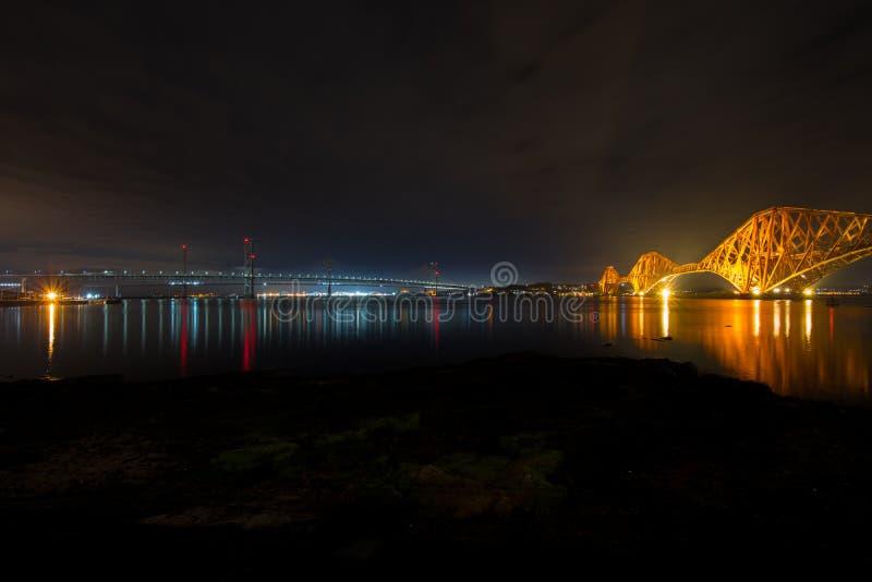 Di rosso il ponte vittoriano storico della ferrovia della strada avanti a destra w immagini stock