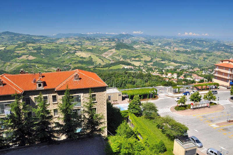 Di San Marino - vista panorámica de Repubblica de colinas fotografía de archivo