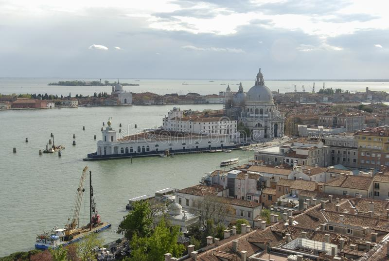 Di Santa Maria della Salute, Grand Canal e lagoa da basílica Vista aérea de Veneza da torre de sino de San Marco imagens de stock