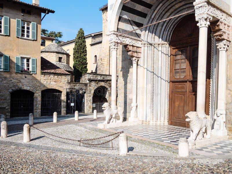 Di Santa Maria Maggiore van de deurenbasiliek in Bergamo stock foto's