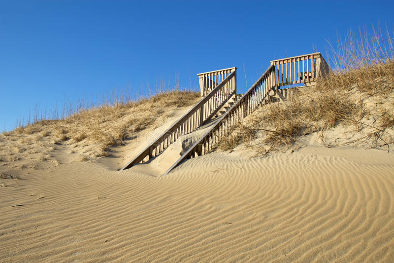 di scala coperte di sabbia ad una spiaggia in Nord Carolina immagini stock libere da diritti
