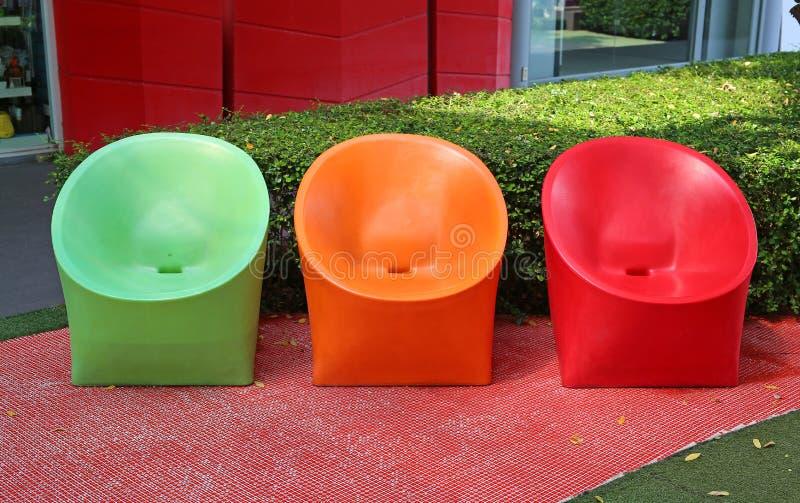Sedie Di Plastica Colorate.Di Sedie Di Plastica Colorate Multi Nel Giardino Fotografia Stock