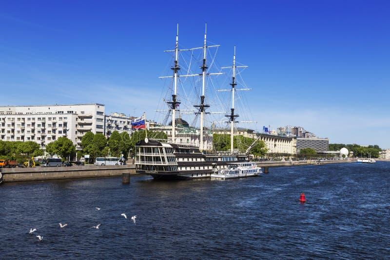 ` di tolleranza del ` del Nave-ristorante a St Petersburg, fregata lineare ricostruita della tre-piattaforma del secolo XVIII fotografia stock libera da diritti