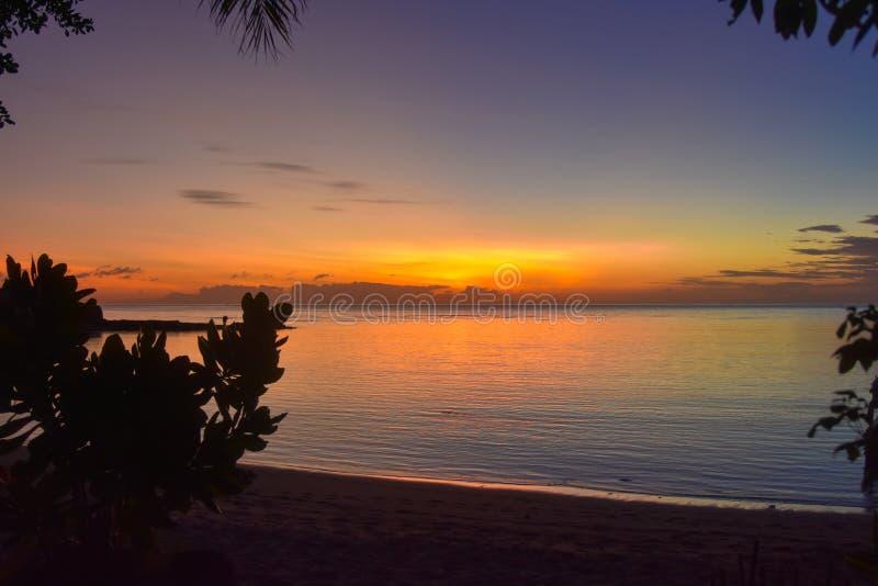 di tramonto colorato Multi sull'isola tropicale immagine stock