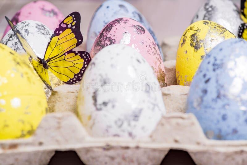 di uova di Pasqua colorate Multi nelle cellule dell'uovo Pasqua felice Telefono mobile giallo Primo piano Fuoco molle fotografia stock libera da diritti