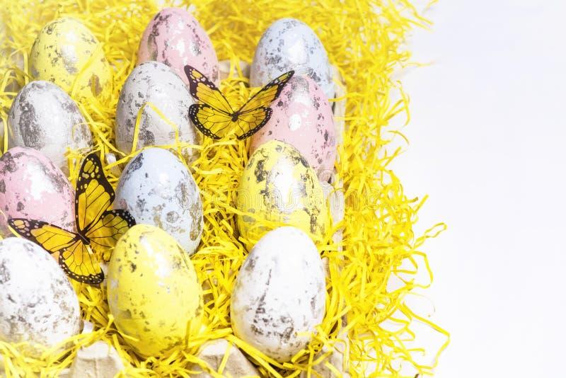 di uova di Pasqua colorate Multi su un fondo bianco con un mazzo di lettere di legno Pasqua felice Pasqua felice immagini stock