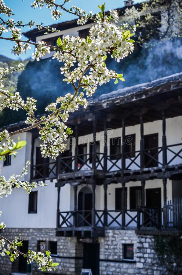 ` di Uspenie Bogorodichno del ` del monastero di Cherepish, gola di Iskar, Bulgaria immagini stock libere da diritti