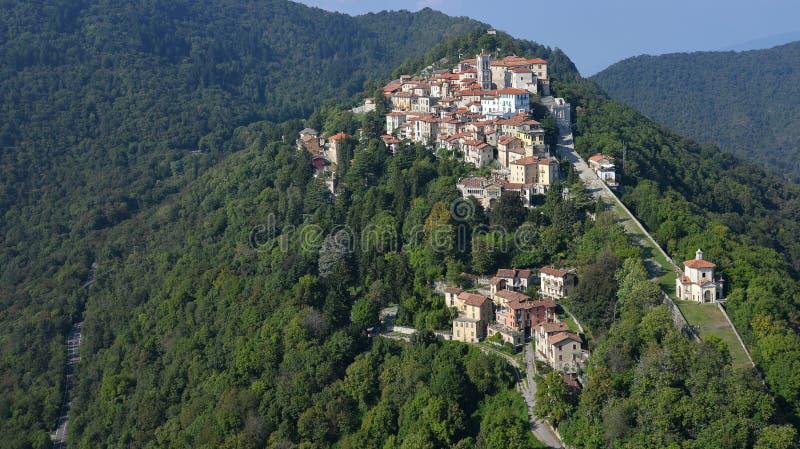 Di Varese, Lombardía, Italia del monte de Sacro Silueta del hombre de negocios Cowering fotografía de archivo libre de regalías