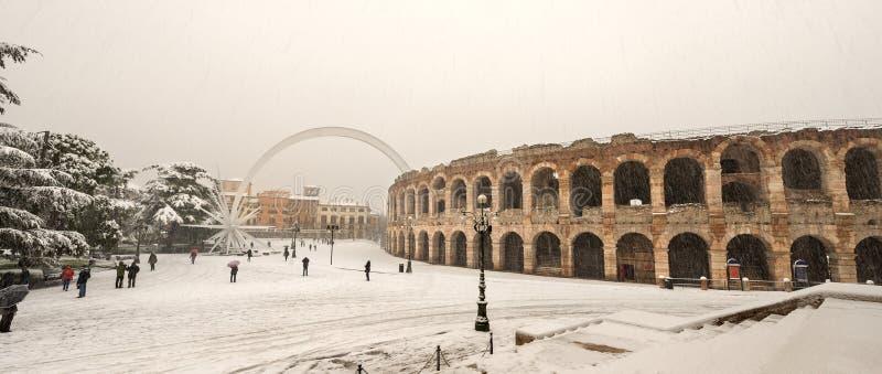 Di Verona com a neve - Vêneto Itália da arena foto de stock