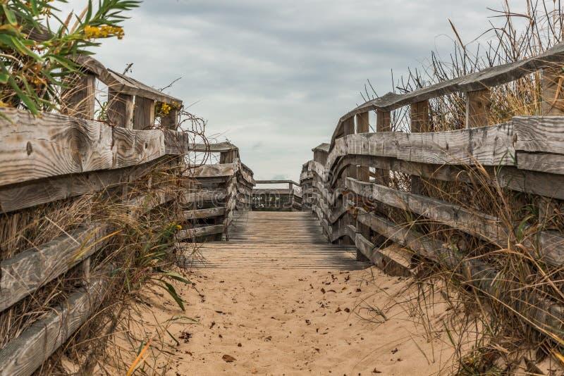 Di via coperta di sabbia alla spiaggia al primo parco di stato di atterraggio fotografia stock libera da diritti