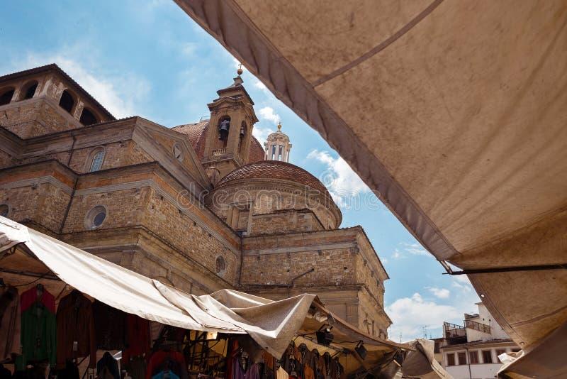Di viejos San Lorenzo de la basílica en el centro de ciudad de Florencia en Italia imagen de archivo libre de regalías