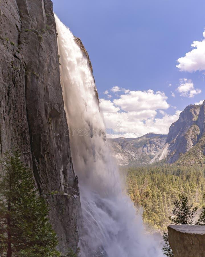Di Yosemite Falls fine su e sparato da un angolo unico in un'area bagnata fotografie stock