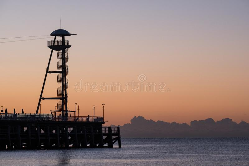 Dia aan het eind van de Pijler van Bournemouth, UK, in laag licht in de ochtend vroeg wordt het gefotografeerd die royalty-vrije stock afbeelding