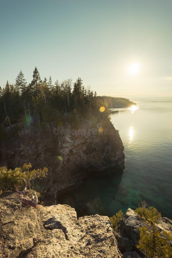 Dia atrasado Sun, Bruce Peninsula National Park, Ontário imagem de stock royalty free