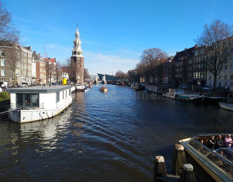 Dia bonito nos canais holandeses de Amsterdão foto de stock royalty free