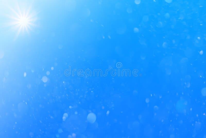 Dia brilhante do céu azul com sol e neve/poeira bonitos para o fundo ilustração stock