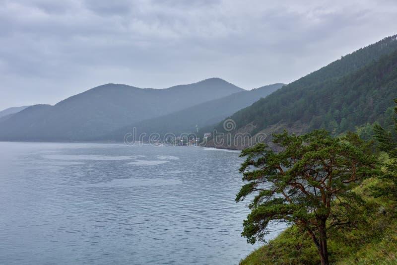 Dia chuvoso no Lago Baikal fotos de stock royalty free