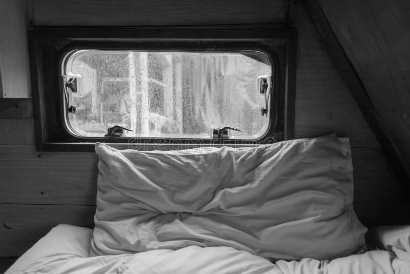 Dia chuvoso preguiçoso dentro da caravana imagens de stock