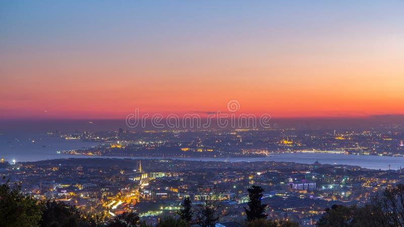 Dia clássico do cenário da skyline da noite de Istambul ao timelapse da noite, vista sobre o canal de Bosporus video estoque