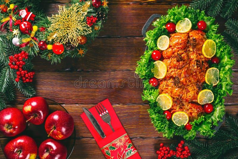 Dia da acção de graças Tempo de jantar da tabela do Natal com as carnes roasted decoradas no estilo do Natal O conceito de um fer foto de stock