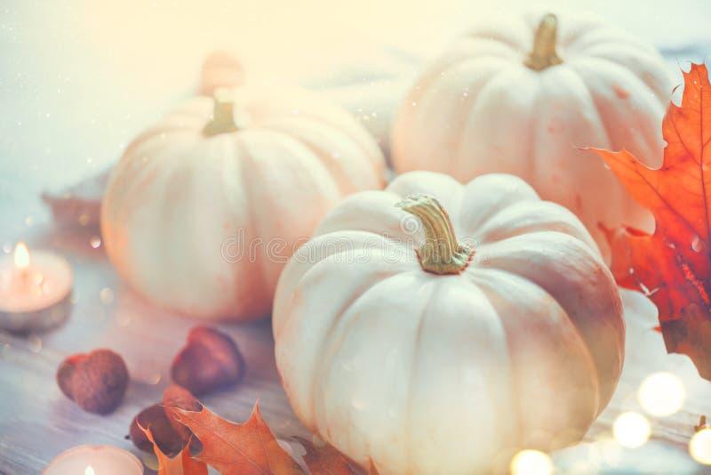 Dia da ac??o de gra?as Tabela de madeira do feriado decorada com abóboras, as folhas de outono coloridas e as velas fotos de stock