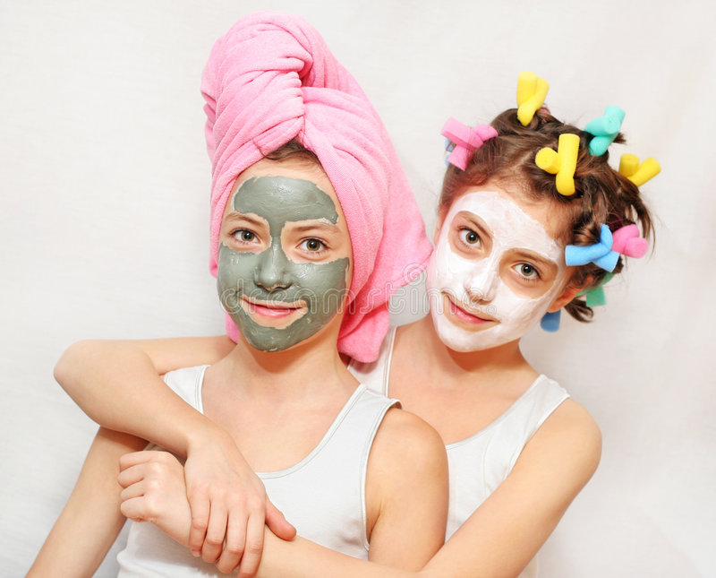 Dia da beleza de irmãs gêmeas imagem de stock