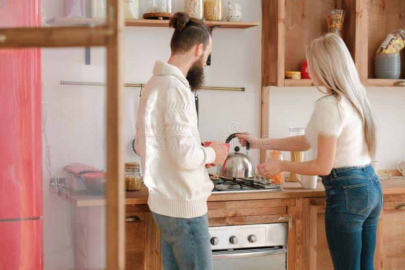 Dia da família casal de rotina chá cozinha moderna foto de stock