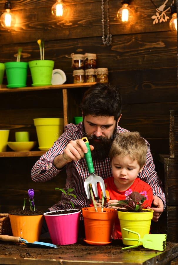 Dia da fam?lia estufa Natureza farpada do amor da crian?a do homem e do rapaz pequeno Pai e filho Dia de pais jardineiro felizes  imagem de stock