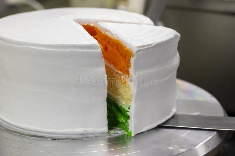 Dia da Independência cortado mergulhado tri cor Speci do bolo de esponja - Dia da Independência/república dia Índia especial do 1 fotos de stock royalty free