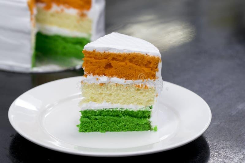 Dia da Independência do bolo de esponja ou dia mergulhado tri cor cortado da república especial - 15o August India fotos de stock royalty free