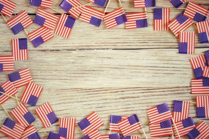 Dia da Independ?ncia modelo feliz do 4 de julho com a mini bandeira americana decorada com estrelas e confetes Vista superior fotos de stock