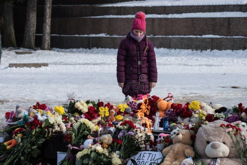 Dia da lamentação A tragédia em Kemerovo Colocando flores fotografia de stock